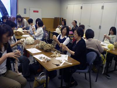 房耳で指編みの手編み教室開催中の風景です