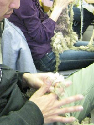 男性も真剣に編んでます!最初の糸掛けの関門をクリアしたら、後はサックサク~なんですが。
