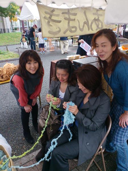 京都在住の元同僚が会場に駆けつけて、指編みに挑戦してくれました^^