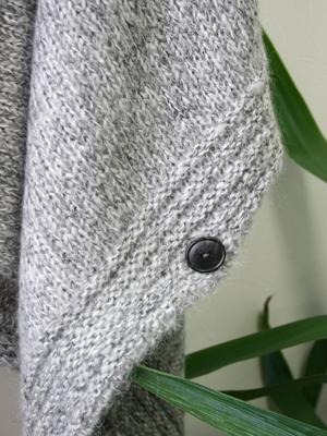 四方を縁取る部分は太めのガーター編。とても美しい仕上がりです。