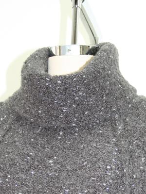 衿ぐりは貼りつき過ぎないゆったりタートルネック。シャツ衿等を少し出してもGOODです