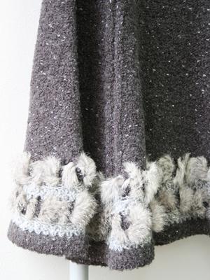 エッジにはチンチララビットと異素材のローゲージ杢糸でレーシー編みでアクセントを…